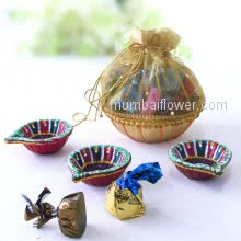 Diwali Combo of potli of mixed chocolates and 3pc Decorative diya. This Combo Contains 8pc Small Chocolates and 3pc Decorative Diyas