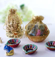 Mini Diwali Combo of Small Basket Potli of mixed chocolates and Small Potli of Mixed Dryfruits with 3pc Decorative Diya. This Combo Contains 100gms of Mixed Dryfruits, 8pc Small Chocolates and 3pc Decorative Diyas